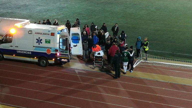 Los servicios sanitarios atienden a Álvaro Jandra tras el fuerte golpe