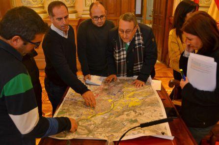 El jefe del Servicio de Parques y Jardines y la concejala explican a los periodistas el impacto de la sequía según las zonas