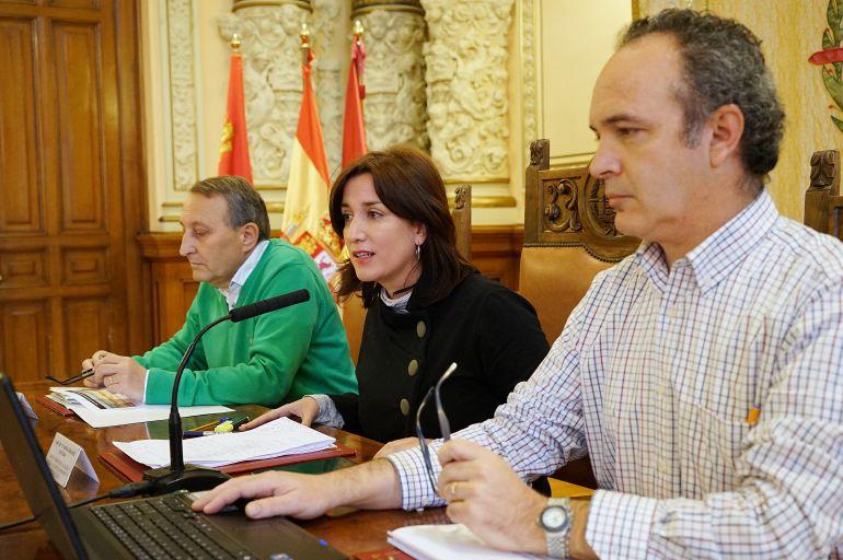 La concejala de Medio Ambiente explica los efectos de la sequía junto al gerente de Aquavall (Pedro Arroyo), en primer plano, y Ángel Asensio