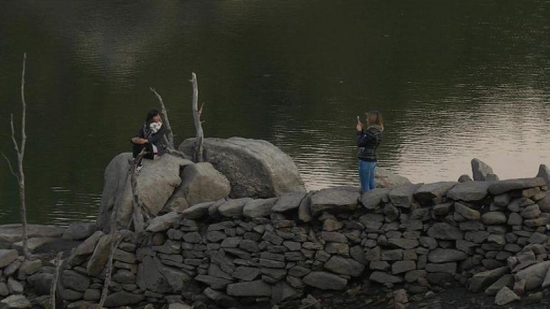 Dos jóvenes haciéndose fotos en el embalse de Eiras.