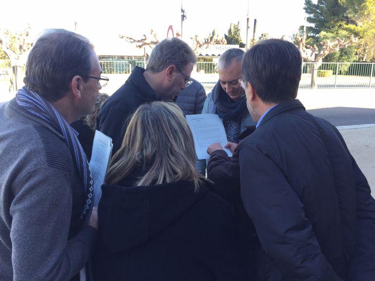 L'alcalde de Tortosa i els presidents de les EMDs de la ciutat, mirant el requeriment de la Junta Electoral de Tortosa.