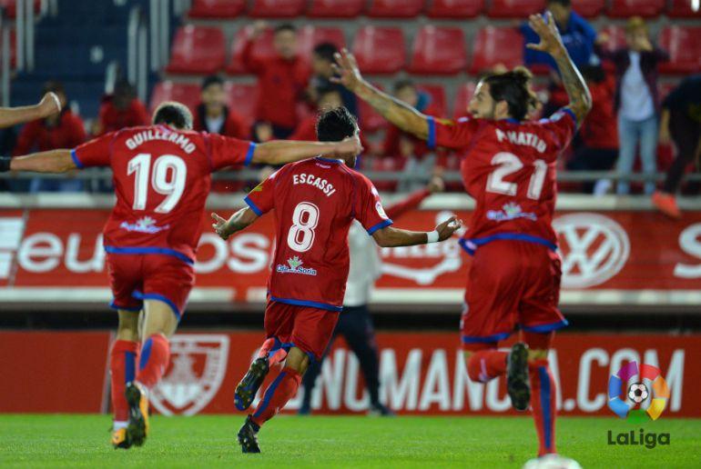 Los jugadores del Numancia celebran el gol de Escassi en los dieciseisavos de Copa ante el Málaga en Los Pajaritos.