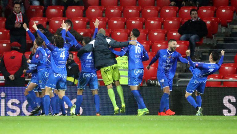 Los jugadores del Formentera celebran el pase a octavos tras eliminar al Athletic.