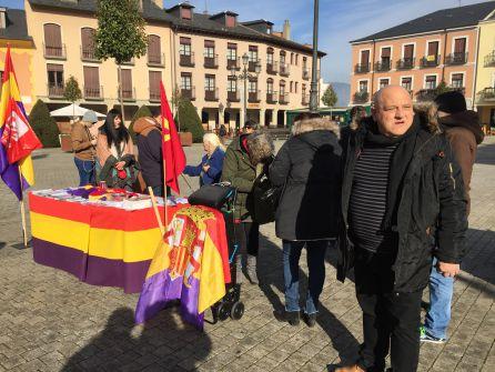 El portavoz de Ponferrada en Común, Miguel Ángel Fernández, se quedó en la calle apostando por la República