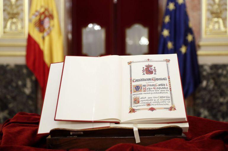 Detalle de un ejemplar de la Constitución expuesto durante el acto de constitución del Consejo Asesor para la conmemoración del 40 Aniversario de la Constitución, en el Congreso