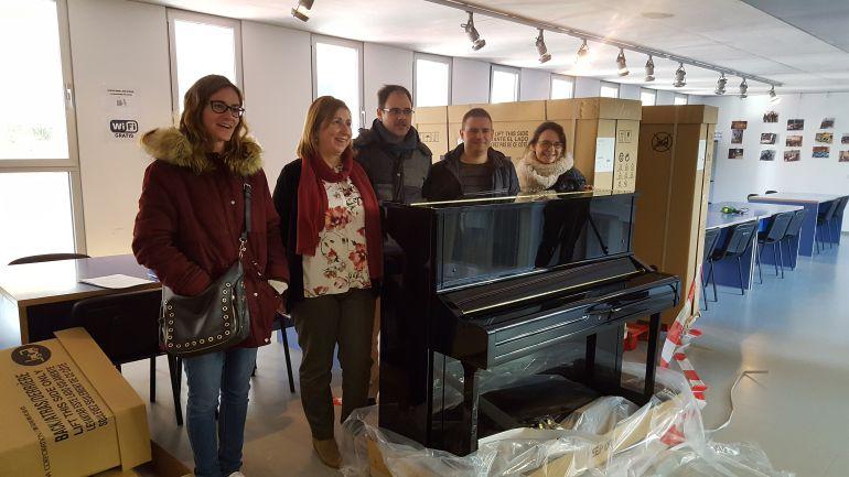 La delegada de Educación con uno de los nuevos pianos