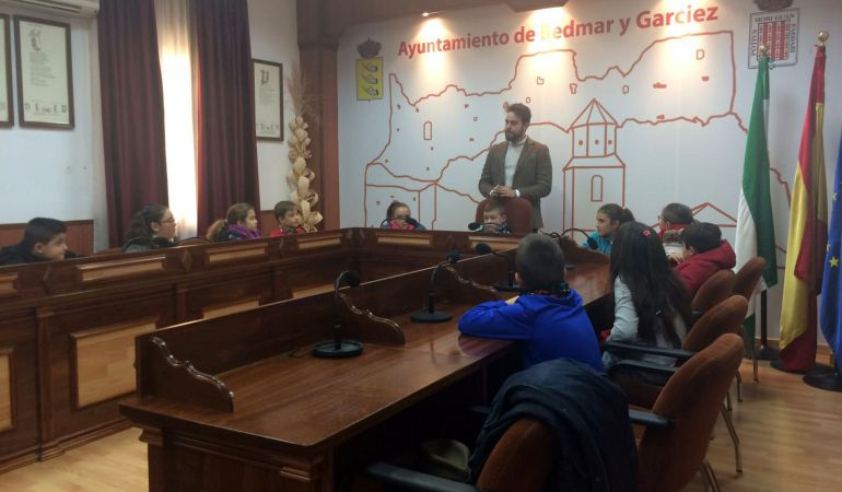 El alcalde, Juan Francisco Serrano, se dirige a los niños participantes
