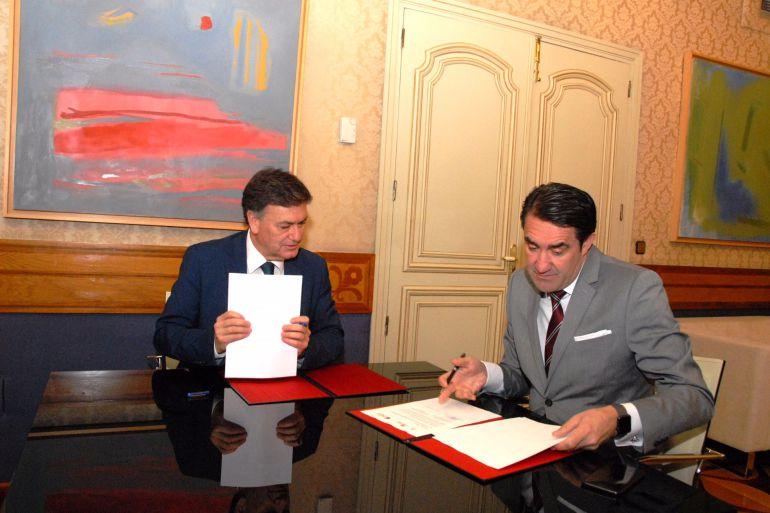 El presidente de la Diputación, Francisco Vázquez, y el presidente de la Fundación Patrimonio Natural de Castilla y Léon, Juan Carlos Suárez-Quiñones.