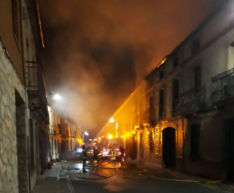 Un incendio destruye dos viviendas y daña una tercera en Fuenterrebollo