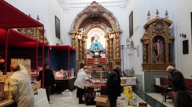Cofrades de la Hermandad de la Virgen de la Estrella trabajan a contra reloj en el Belén