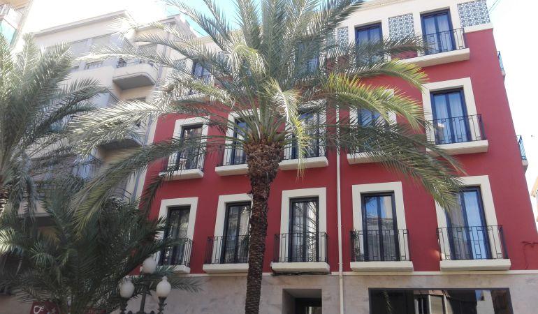 Bloque de apartamentos rehabilitados en la calle San Vicente, en pleno centro de Alicante, para su alquiler turístico.