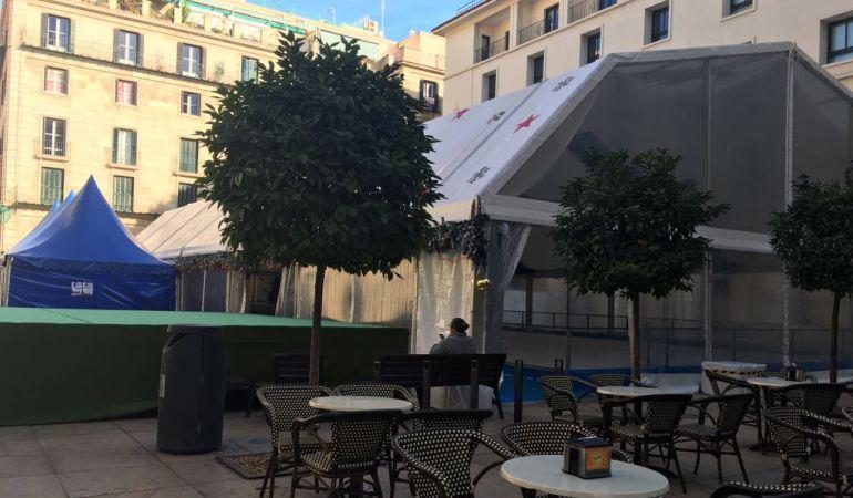 Pista de hielo instalada en la plaza del Ayuntamiento de Alicante