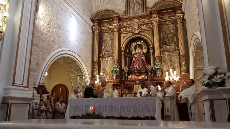 El obispo arandino monseñor Raúl Berzosa recibe el nombramiento de Cofrade de Honor de la Virgen de las Viñas tras la eucaristía de clausura del Centenario de lu Coronación de la imagen