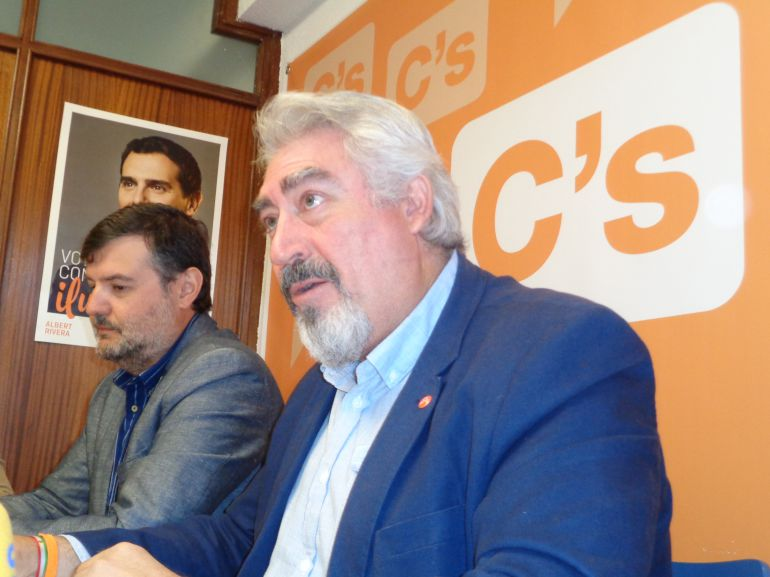 El procurador de Ciudadanos en las Cortes de Castilla y León, José Ignacio Delgado, acompañado por el concejal arandino del mismo partido Francisco Martín Hontoria