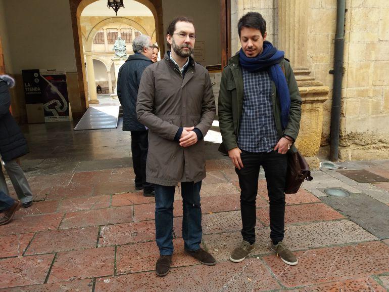 El portavoz de Podemos, Emilio León a la izquierda junto al diputado de esta formación en el congreso Segundo González, antes mantener una reunión con el rector de la Universidad de Oviedo