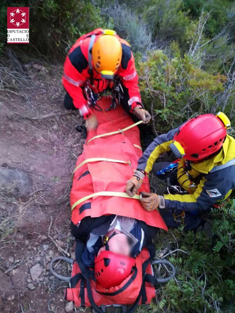 Rescatado tras pasar toda la noche a la intemperie junto a los bomberos