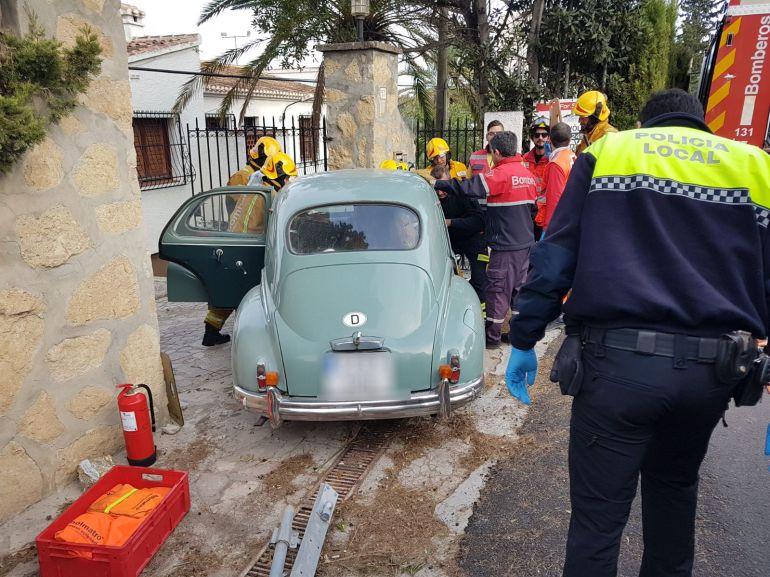 Un conductor atrapado al chocar contra un muro en Xàbia