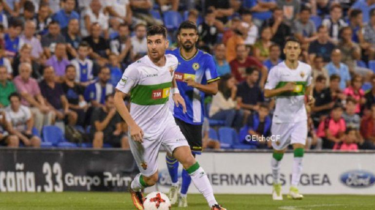 Javi Flores conduce el balón en el Hércules-Elche de este año en la Copa