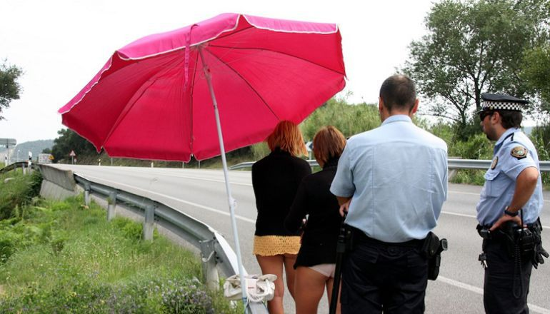 Una imatge d'arxiu d'un control policial a dues prostitutes de carretera de les comarques de Girona.