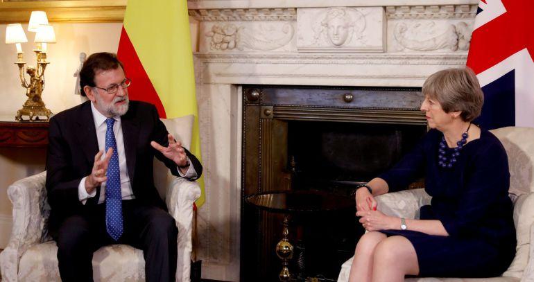 El presidente del Gobierno, Mariano Rajoy, durante la reunión con la primera ministra británica, Theresa May, en su residencia de Londres.