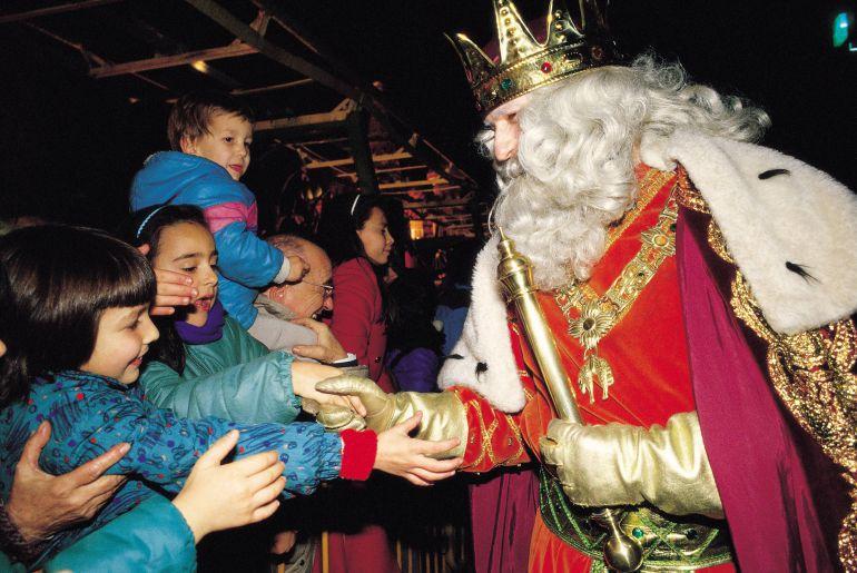 La cabalgata de Reyes cambia los caramelos por piruletas