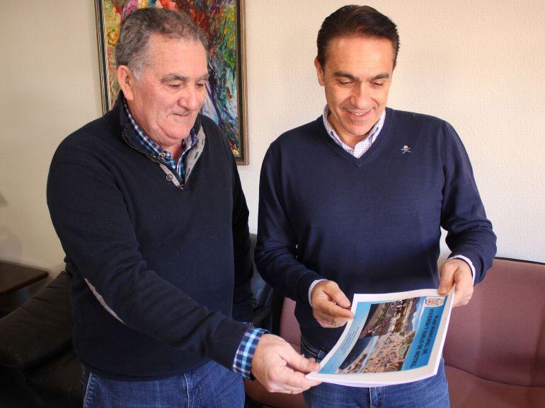 Antonio Escámez, teniente alcalde de Urbanismo, junto con Juan Fernándo Pérez, arquitecto municipal, presentan el Plan de Vivienda y Suelo