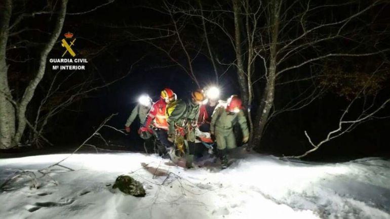 Rescatan a una montañera palentina que cayó en una grieta de la Cueva de Valporquero