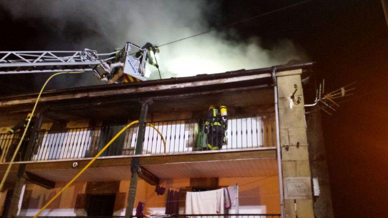 Los bomberos dan por prácticamente destruida la vivienda afectada por el incendio.