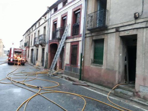 Los equipos de bomberos han tenido que acudir hasta en dos ocasiones más al reavivarse las llamas.