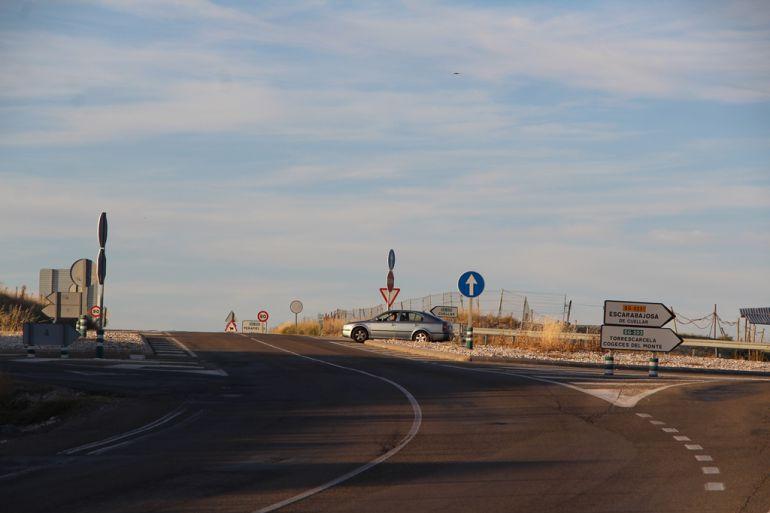 Un vehículo se dispone a cruzar desde la SG-2231