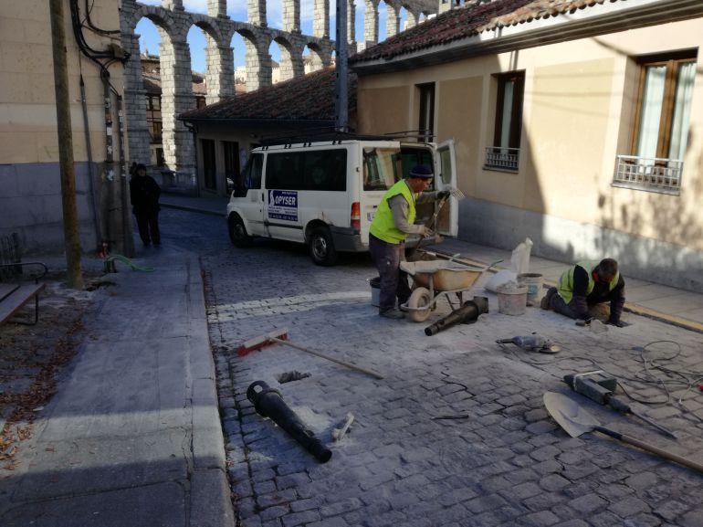 Operarios instalan los bolardos que restringen el tráfico por la calle Ochoa Ondategui