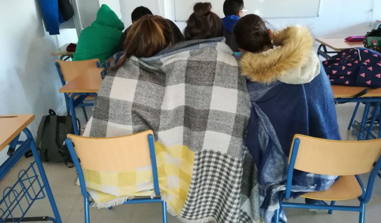 Alumnos del IES Julio Verne de Sevilla, con mantas en clase