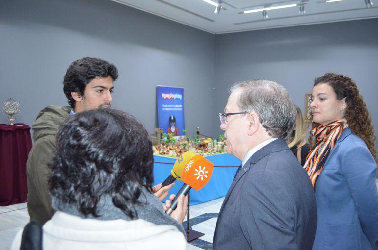 Alberto Máximo Pérez, Presidente del Ateneo, respondiendo a las preguntas de los periodistas