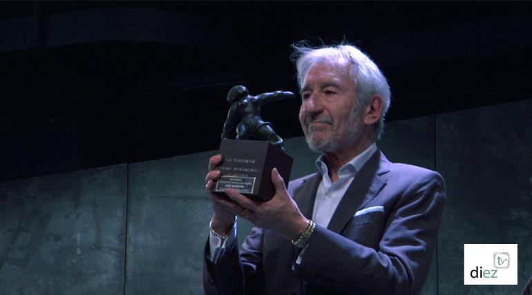 José Sacristan sostiene la estatuilla del premio del Festival Internacional de Teatro de Cazorla