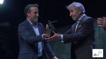 El alcalde de Cazorla, Antonio José Rodriguez entrega el galardon del FIT a José Sacristán