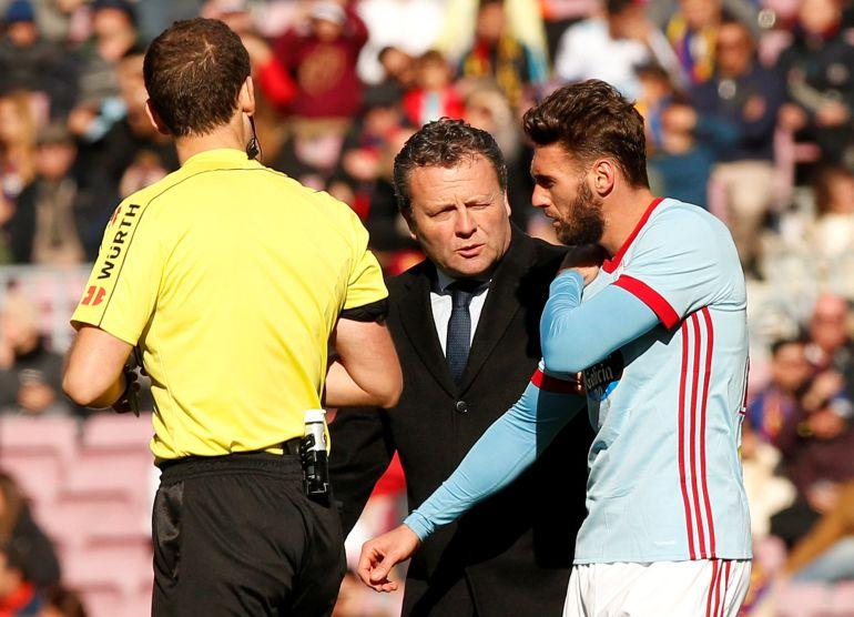 Sergi Gómez habla con el doctor Cota tras su lesión en Barcelona