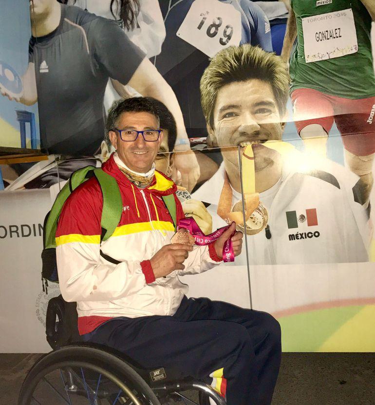 Chano posando con su medalla de bronce nada más acabar la ceremonia de entrega