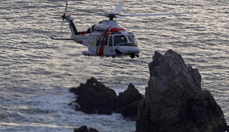 Rescatados dos pescadores tras hundirse su embarcación