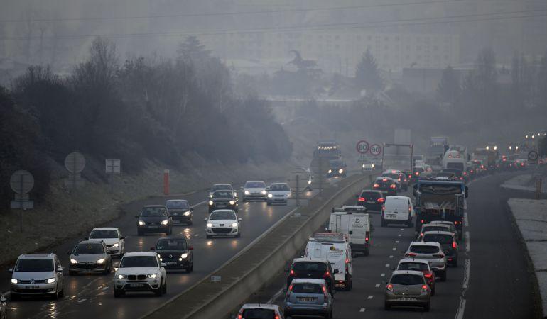 El tráfico rodado y los embotellamientos incrementan la contaminación atmosférica.