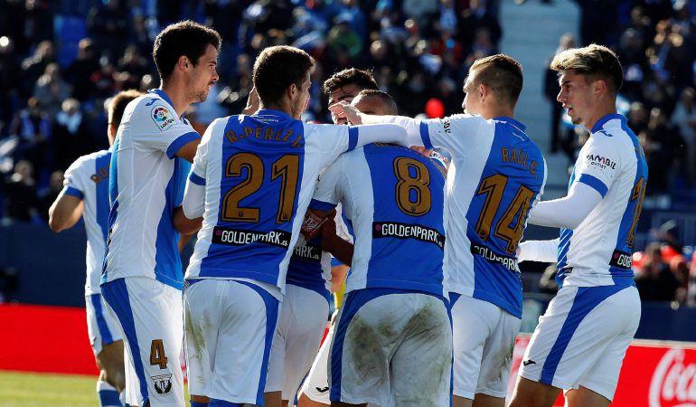 El centrocampista brasileño del Leganés Gabriel Pires celebra con sus compañeros su gol marcado ante el Villarreal