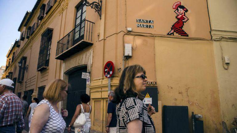 """Invader en Málaga: La Junta pide al alcalde que no se haga el """"remolón"""" y retire los mosaicos de Invader"""