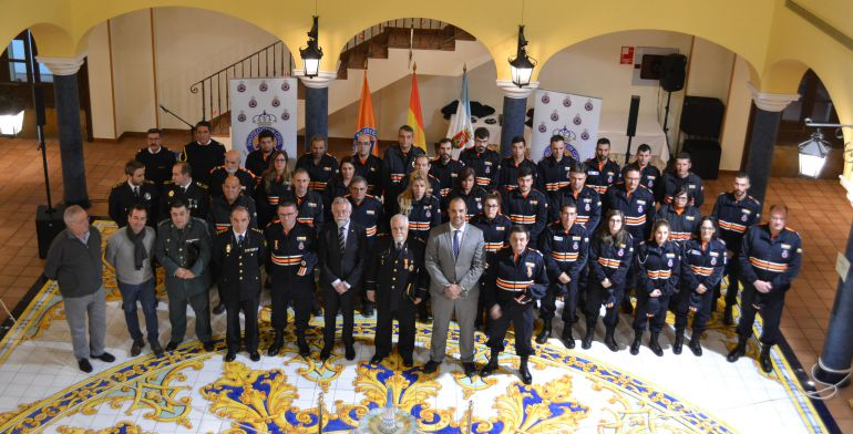 Tres integrantes de Protección Civil reciben sus reconocimientos