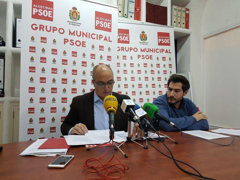 Los socialistas Fernando Silva y Fran Fernández, en una rueda de prensa reciente.