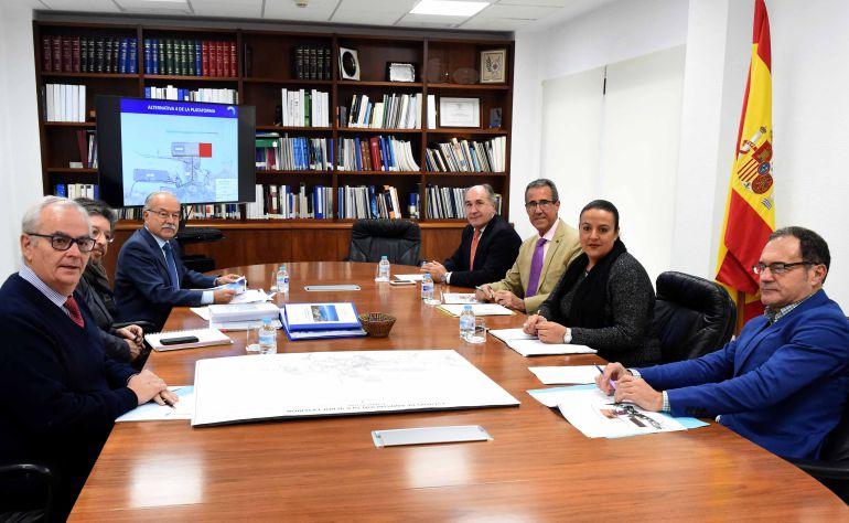 Imagen de la reunión mantenida entre dirigentes de ambas entidades.