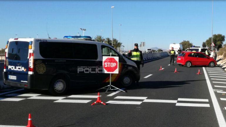 Control policial en la carretera que une Alicante con Elche