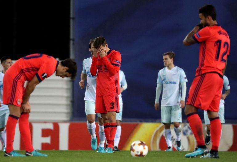 Los jugadores de la Real, cabizbajos, parece que no entienden cómo perdieron el partido contra el Zenit