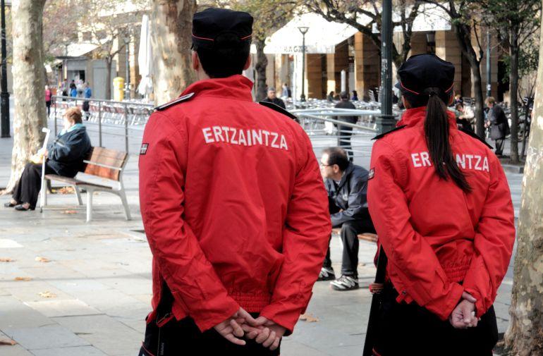 Dos 'ertzainas' patrullan por las calles de San Sebastián en una imagen de archivo.