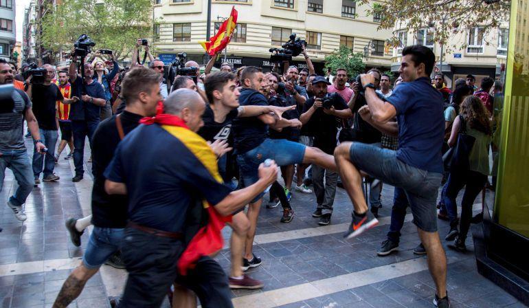 Un joven se defiende de varios miembros de la ultraderecha en la manifestación del 9 d'octubre pasado