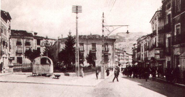 Plaza de Cánovas de Cuenca a mediados del siglo XX con la perrera (a la izquierda) de la que se escapó 'El Ratón', el bromista del que hablamos al final de en este reportaje.