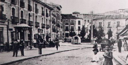 """Plaza de Cánovas con """"la perrera"""" (en el centro) de la que se escapó """"El Ratón""""."""